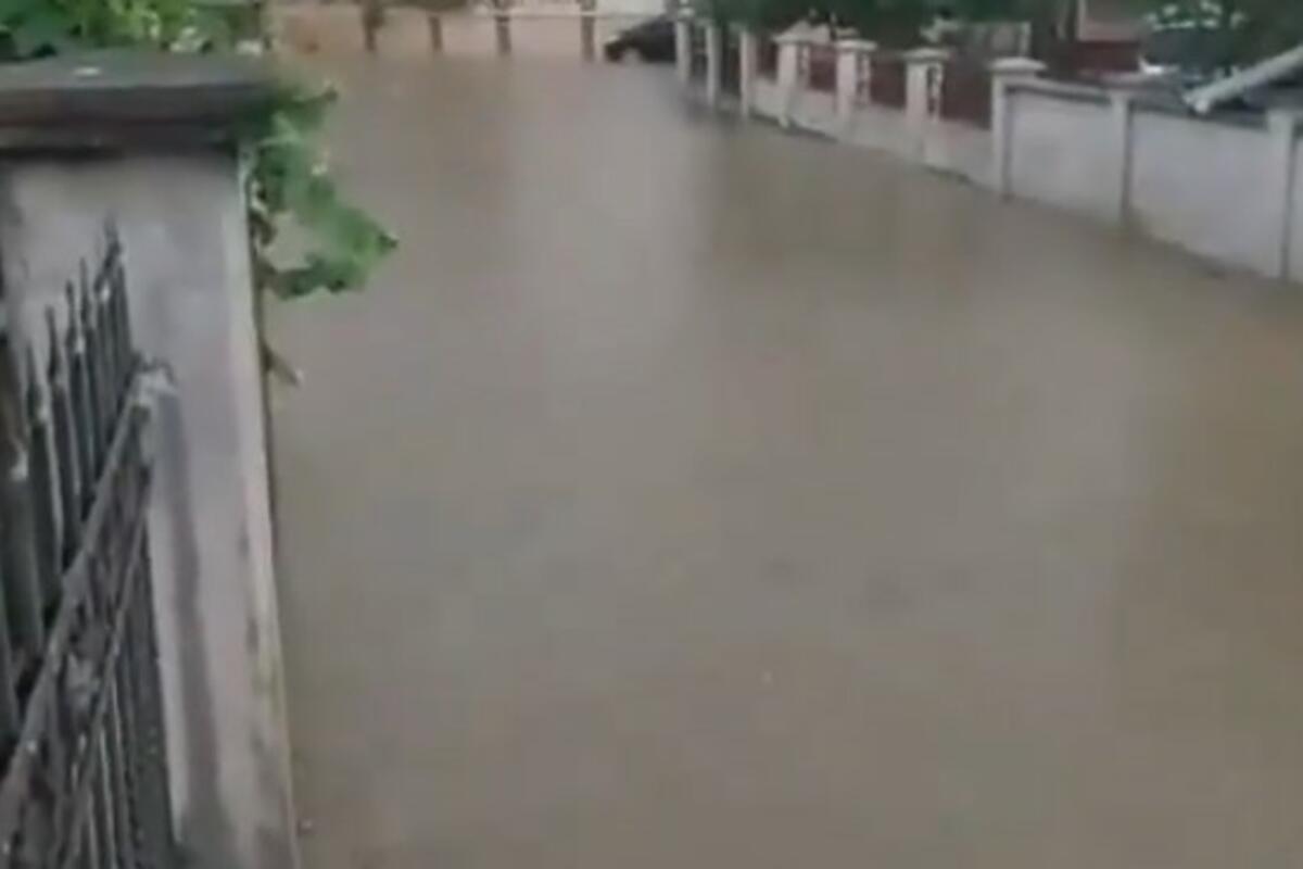 BEOGRADSKO NASELJE POD VODOM! Nevreme napravilo HAOS, reke teku ulicama, poplavljeno 20 kuća (VIDEO)