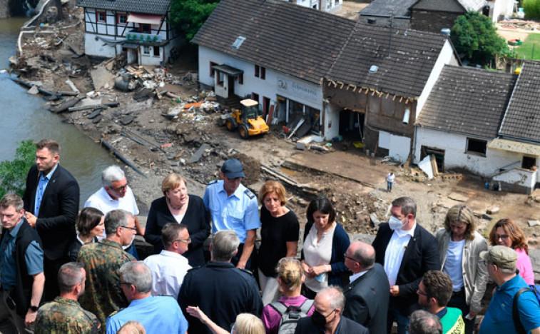 Меркел обишла поплављене области, обећала помоћ и бржу борбу против климатских промена
