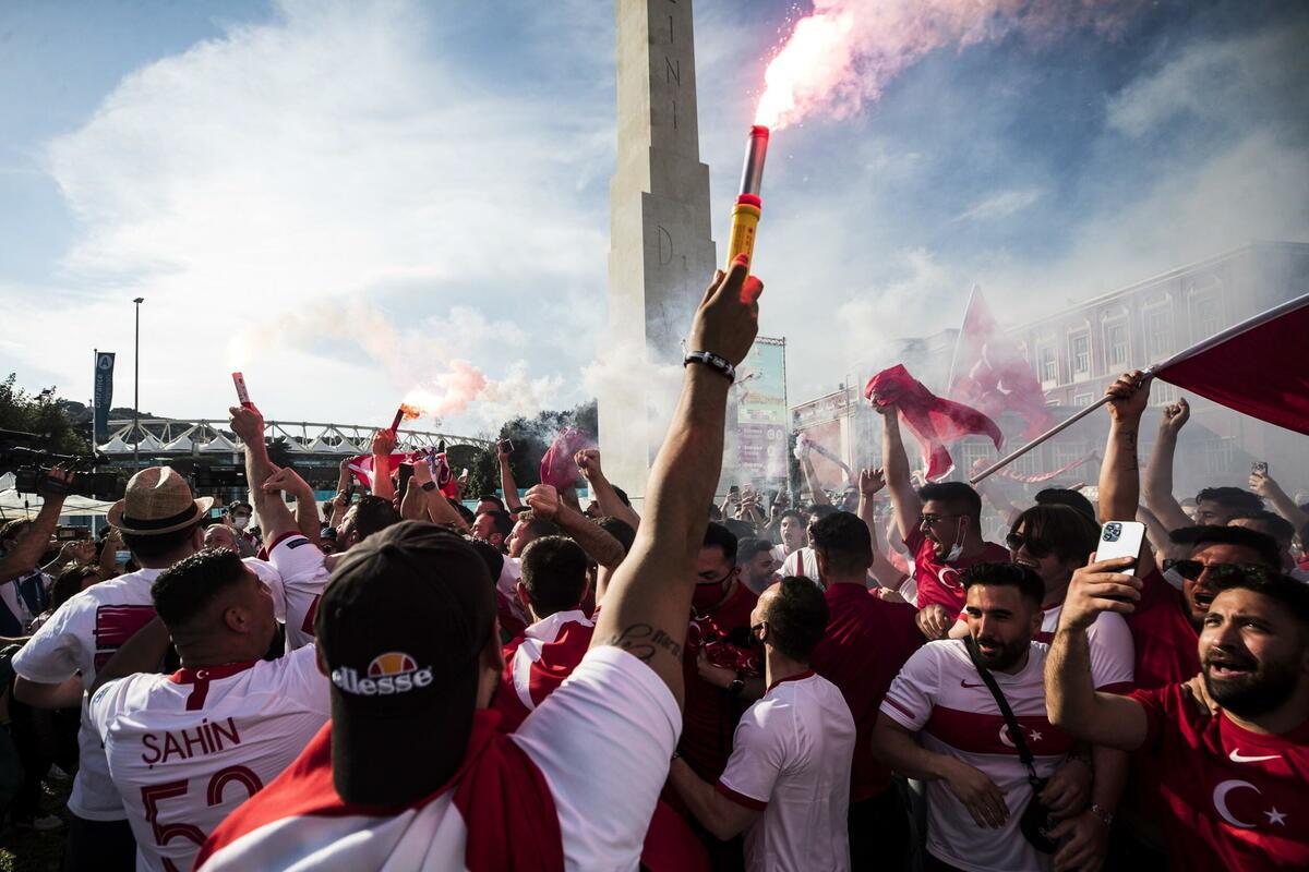 TURCI OKUPIRALI RIM: Večni grad postao Istanbul! Fešta turskih navijača u prestonici Italije! FOTO