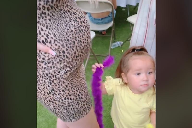 Kada su joj rekli da je u stomaku beba: Reakcija devojčice nasmejala svet (VIDEO)