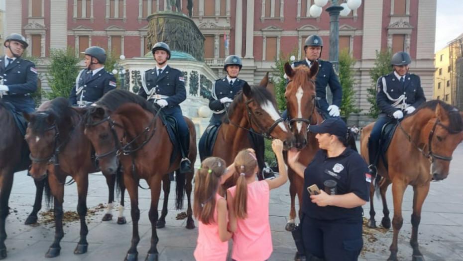 EMOTIVNI TRENUCI SA DANAŠNJE CEREMONIJE Devojčice oduševljeno prilazile policijskoj konjici (FOTO)
