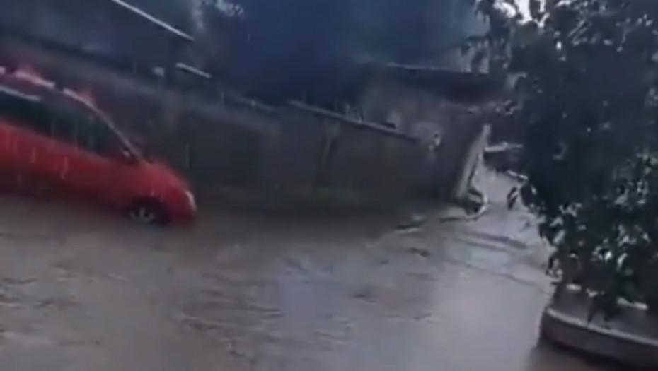 Kiša blokirala Beograd: Naselje Vojvode Vlahovića odsečeno od sveta, automobili plivaju kroz reku (VIDEO)