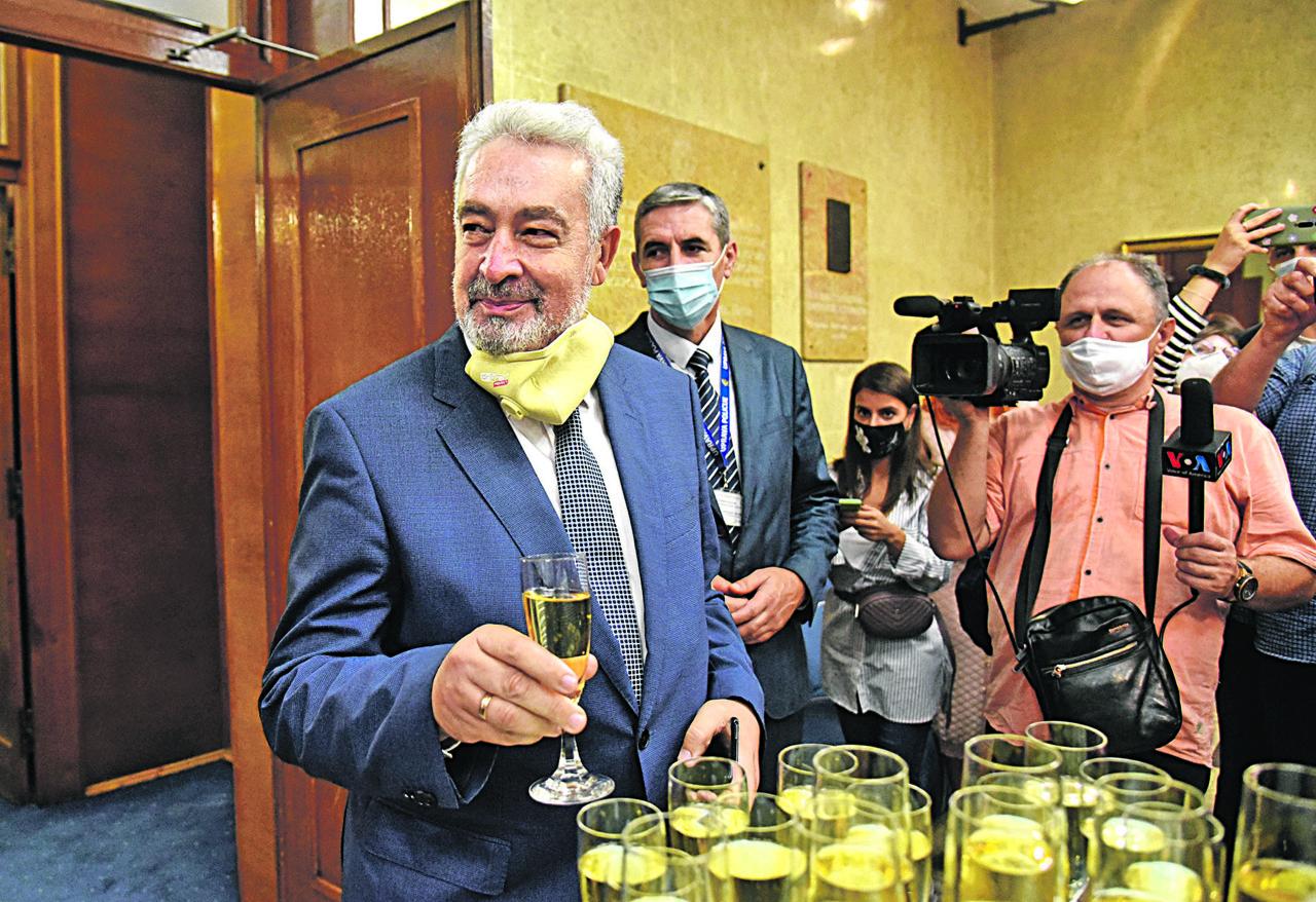 Krivokapić obećao da će se odreći privilegija, a ima PLATU veću od 3.000 evra i vozi se u LIMUZINAMA