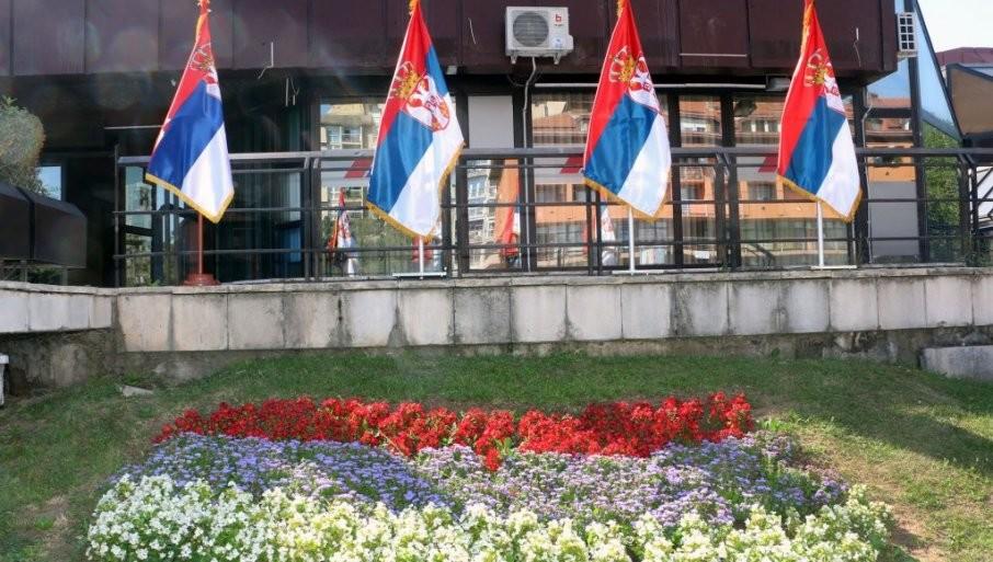 PONOSNO SE VIJORI TROBOJKA: Smederevo okićeno državnim zastavama povodom Dana srpskog jedinstva (FOTO)