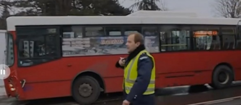NEZGODA U NASELJU BRAĆE JERKOVIĆ: Autobus oborio deku (70) kod okretnice 26, sa povredam glave prevezen u Urgentni centar
