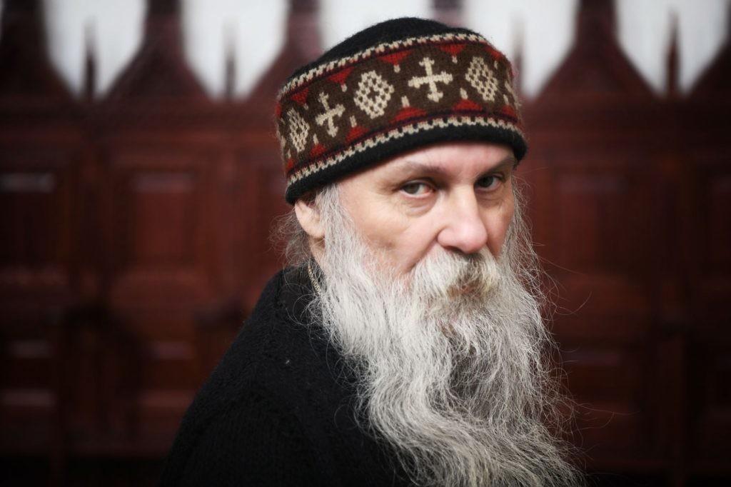 Vladika Jovan se spustio padobranom u manastir Đurđevi stupovi