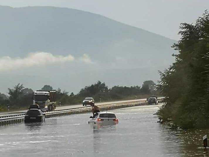 Poplavljen auto-put kod Bele Palanke, lokalni put u Vladičinom Hanu bio prekriven ledom