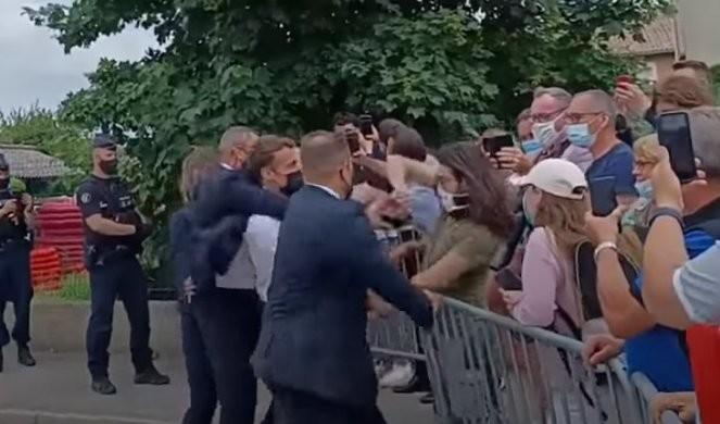 NOVI SNIMAK ŠAMARANJA MAKRONA! Udarac se glasno čuo, a onda je telohranitelj zgrabio francuskog predsednika /VIDEO/