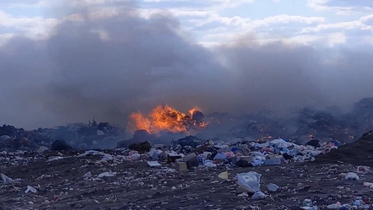 Meštani Kovina u strahu: Opet gori deponija, sumnjamo da ponovo istovaraju otpad