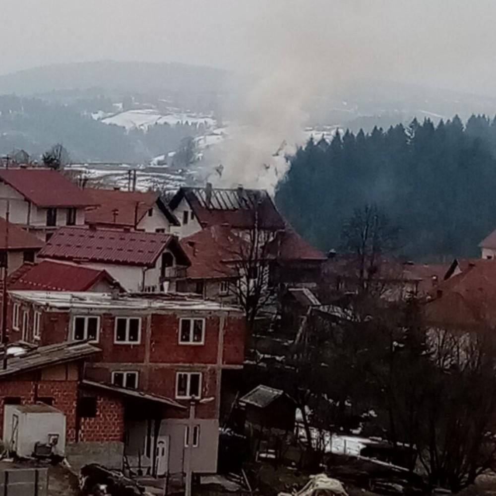Požar u Novoj Varoši: Gori porodična kuća!