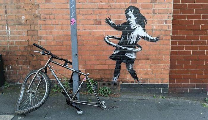FOTO: Benksijev novi rad - devojčica koja gumu bicikla koristi kao hulahop