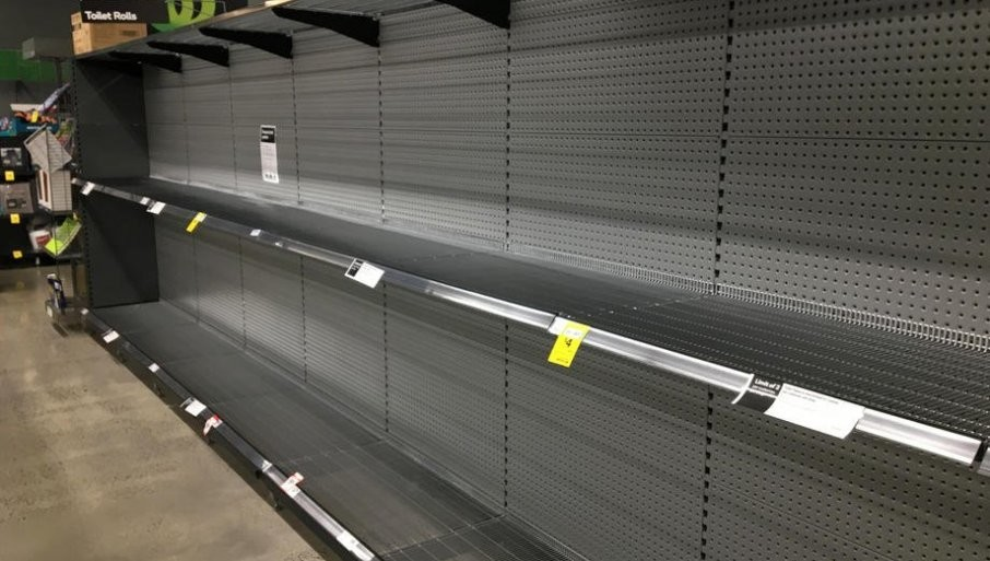 PONOVO RAZGRABLjEN TOALET PAPIR: Građani ispraznili rafove, širom Evrope nema ni konzervi i zamrznute hrane