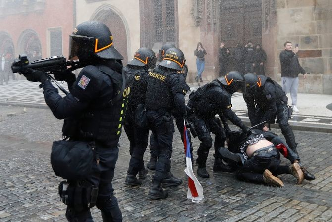 Građani ustali protiv korona mera, policija ih rasterivala suzavcem i vodenim topovima: Haos u Pragu