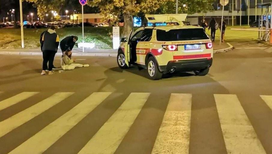 "SAOBRAĆAJKA NA DORĆOLU: ""Oko Sokolovo"" udarilo devojku na pešačkom prelazu, točkom joj prešao preko noge"