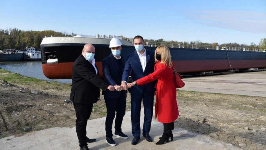 DIV PLOVI OD BEGEJA DO RAJNE: Porinut najveći rečni tanker na svetu izgrađen u brodogradilištu u Zrenjaninu