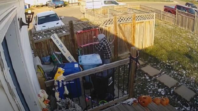 Nesvesno bacio nešto što mu treba: Podigao ponovo poklopac kontejnera, a onda se PRESTRAVIO (VIDEO)
