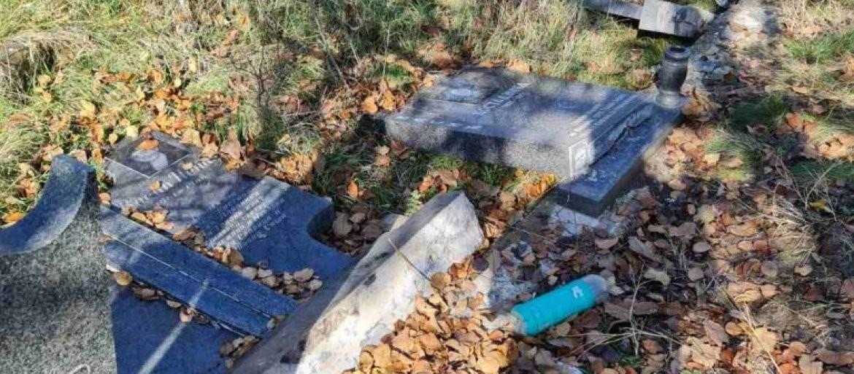(FOTO) BOLESNO! ŠIPTARI UNAKAZILI SRPSKO GROBLJE NA ZADUŠNICE: Ni mrtvima im ne daju mira!