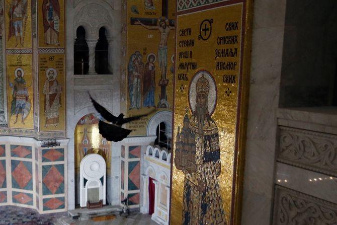 Neobična fotografija pred sahranu patrijarha: Ptica raširenih krila ka Isusovom raspeću