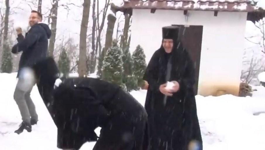 NESVAKINjAŠNjI SNIMAK IZ SRPSKE SVETINjE: Monahinje i sveštenici uživali u čarima grudvanja (VIDEO)