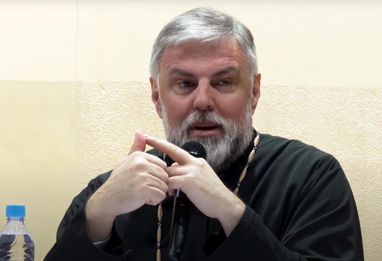 """Grigorije u frontu sa BEZBOŽNICIMA: Na patrijarha stavili kecelju sa natpisom """"Abortus je žensko pravo"""""""