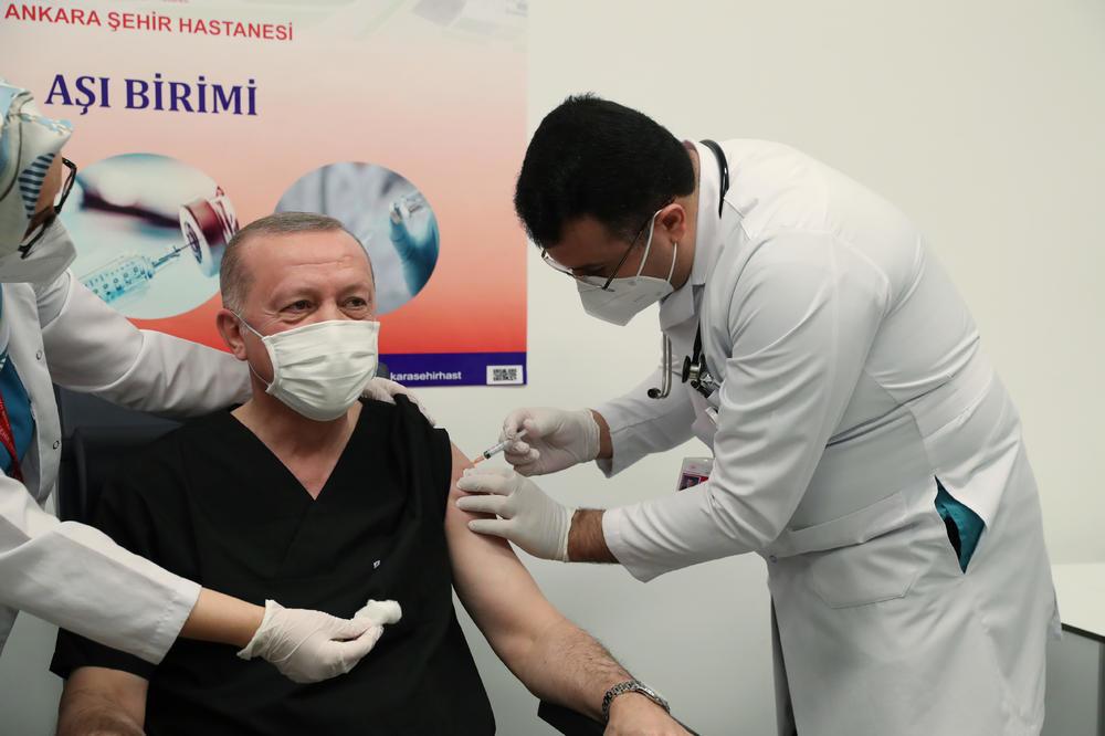 Erdogan bez straha pred kamerama: Evo koju vakcinu je primio predsednik turske (VIDEO)
