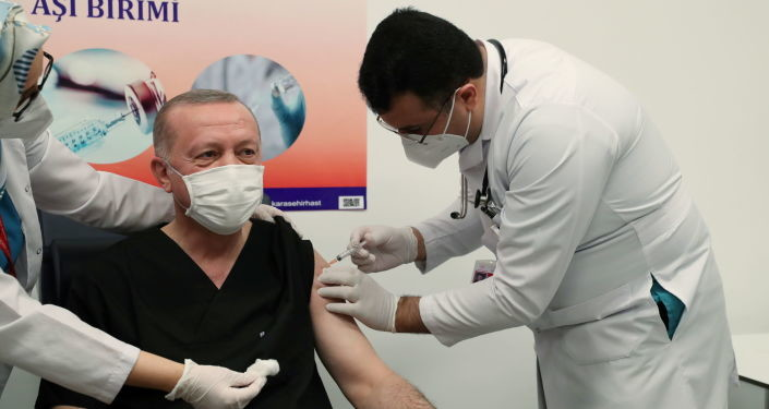 Ердоган пред камерама примио кинеску вакцину