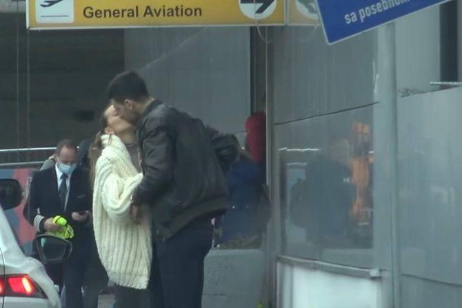Nežni poljupci i brdo stvari: Jelena i Nole snimljeni po odlasku iz Beograda i prizor je savršen