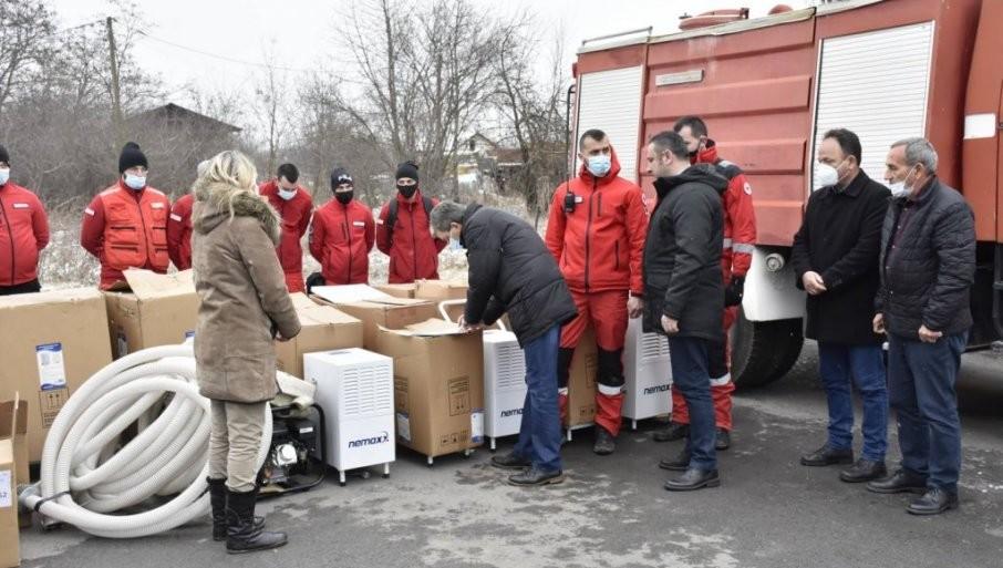 MAŠINE ZA SUŠENjE PROSTORIJA I CRPNE PUMPE: Uručena pomoć Kancelarije za KiM poplavljenim domaćinstvima u Lapljem selu