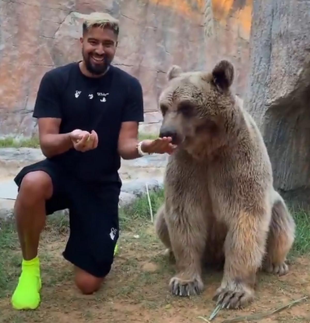 Šta ima normalnije od toga da ti medved JEDE IZ RUKE? Ako igraš u Rusiji - ništa! /VIDEO/
