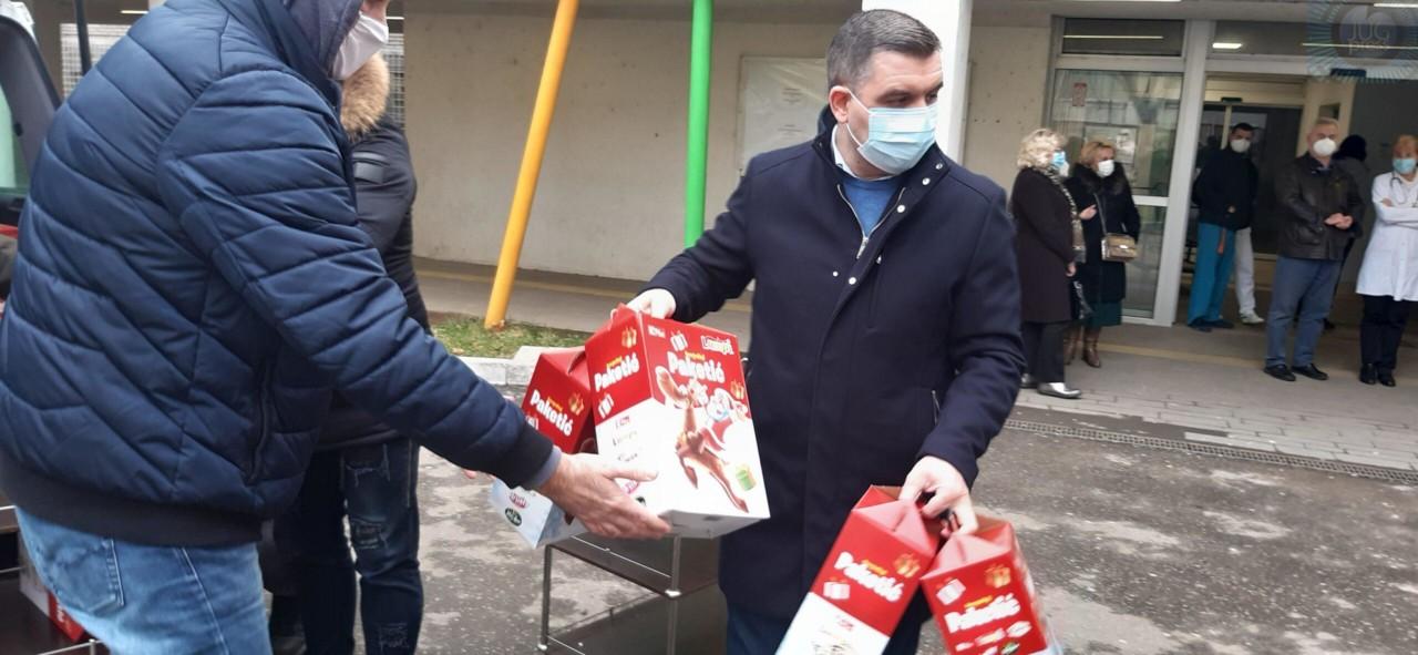Gradska opština Medijana uručila paketiće dečijim klinikama Kliničkog centra u Nišu