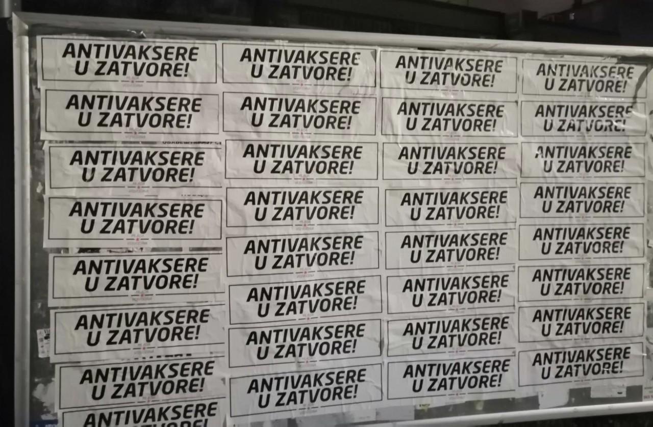 """Novi Sad oblepljen plakatima – """"Antivaksere u zatvore"""""""