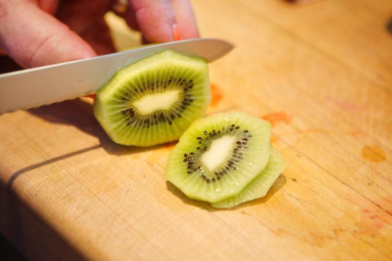 Trik koji će vam olakšati život: Oljuštite i isecite voće za 15 sekundi (VIDEO)