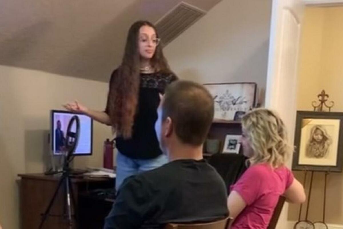 STRIPTIZETA JE RODITELJIMA OTKRILA ČIM SE BAVI ČUDNOM PREZENTACIJOM: A tek majka ŠTA JOJ REČE POSLE SVEGA! (VIDEO)