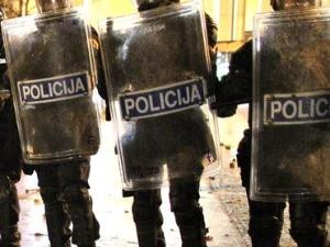 Водени топови и сузавац у Љубљани, противници ковид сертификата бацали флаше на зграду парламента
