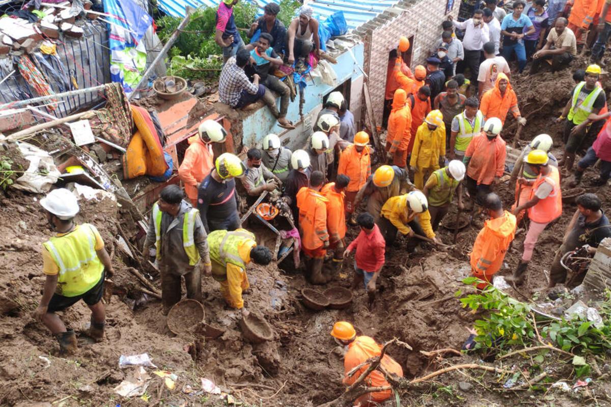 TRAGEDIJA! SPASIOCI RUKAMA KOPAJU ZEMLJU: Najmanje 30 stradalo u predgrađu Mumbaja! Klizište srušilo više kuća! FOTO, VIDEO