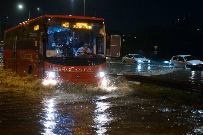 Potop u beogradskim naseljima: U Vojvode Vlahovića poplavljeno 20 kuća, autobusi mile kroz bujice