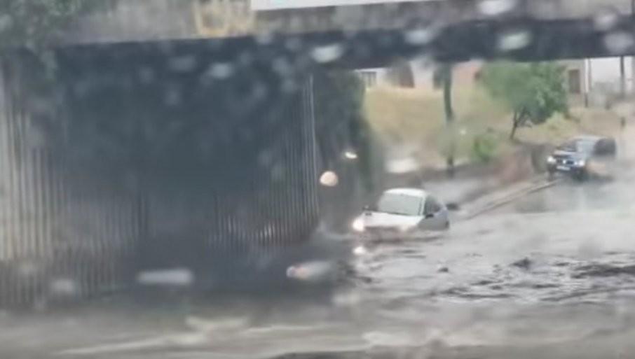 POTOPLJENE POJEDINE SAOBRAĆAJNICE: Jako nevreme pogodilo Sarajevo (VIDEO)