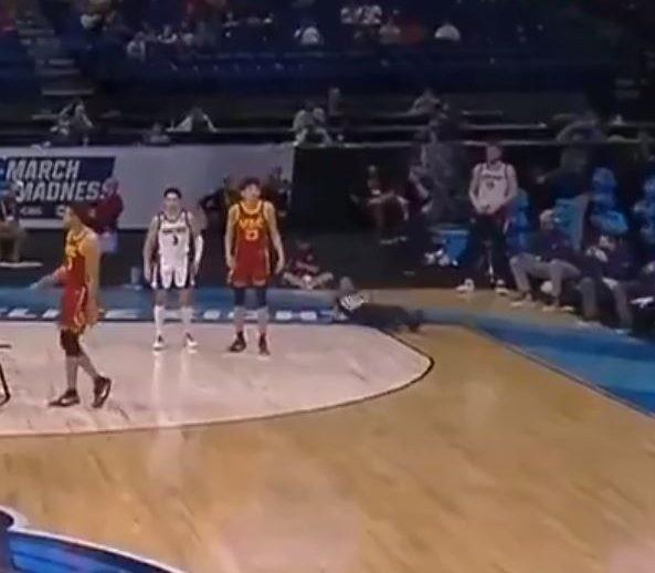 STRAŠNE SCENE IZ NCAA lige: Sudija pao u sred utakmice, igrači šokirani! (VIDEO)