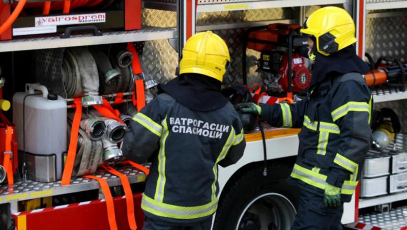 U PAZARU PONOVO GORI Vatrogasci pokušavaju da lokalizuju požar, vatra zahvatila veći deo kuće