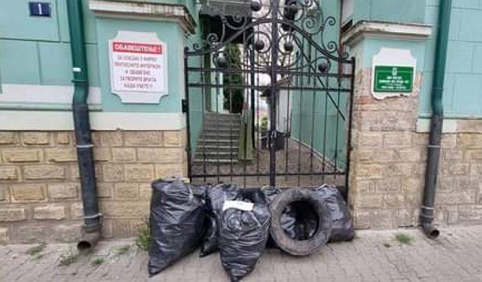 """FOTO: Novosadski aktivista peti put isporučio smeće upravi NP """"Fruška gora"""""""