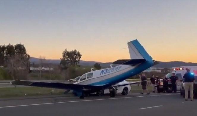 PRINUDNO SLETANJE U KALIFORNIJI! Sudarili se avion i automobil! /VIDEO/