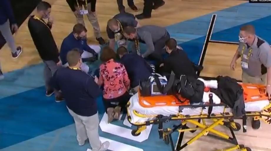 Svi su ostali zabezeknuti: Sudija usred utakmice pao kao pokošen, odmah su ga izneli na nosilima! (VIDEO)