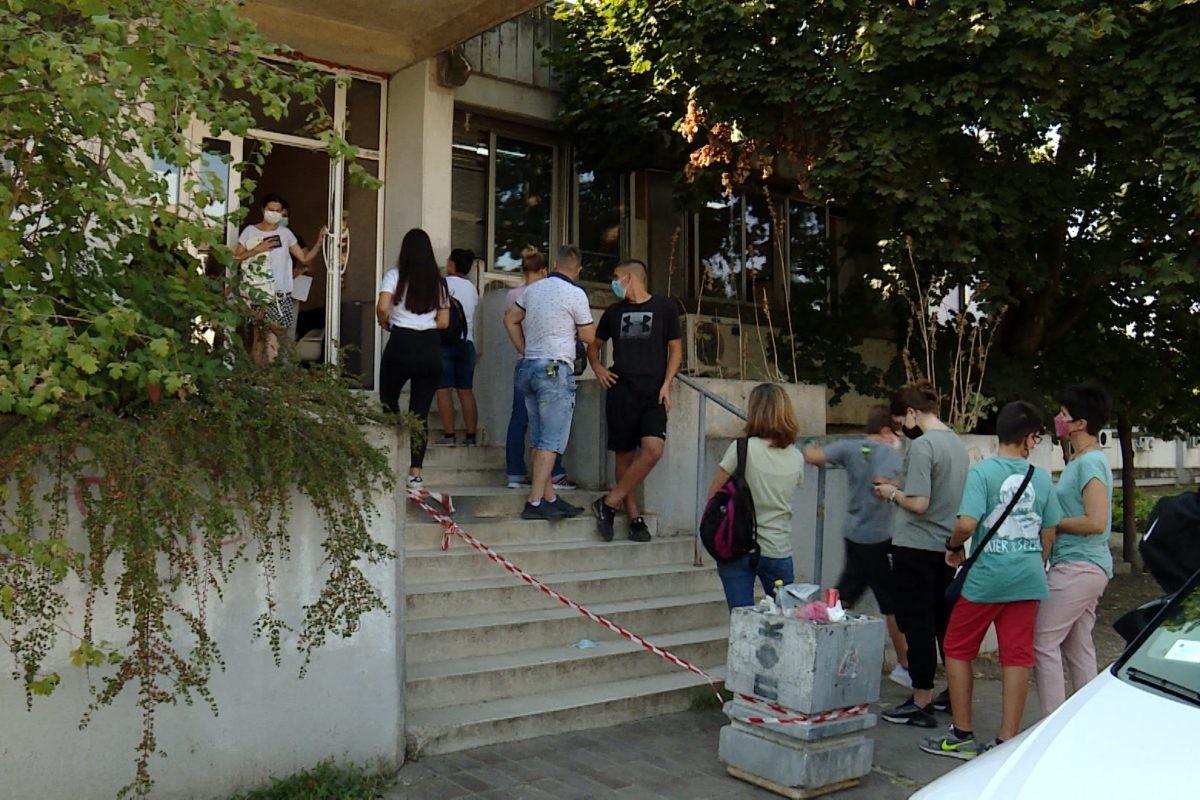 Gužve ispred dečjih kovid ambulanti, pitanje N1 o broju zaraženih bez odgovora