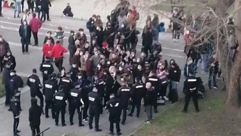 Pank svirka ispod Brankovog mosta u Beogradu, policija reagovala (VIDEO)