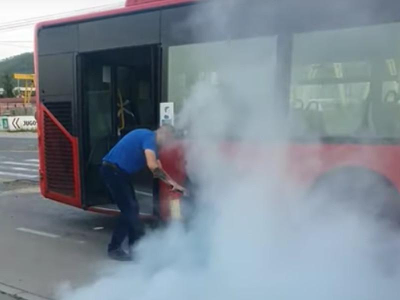 Vozač gasio vatru na kočnicama gradskog autobusa u Nišu, nadležnima ništa nije prijavljeno [video]