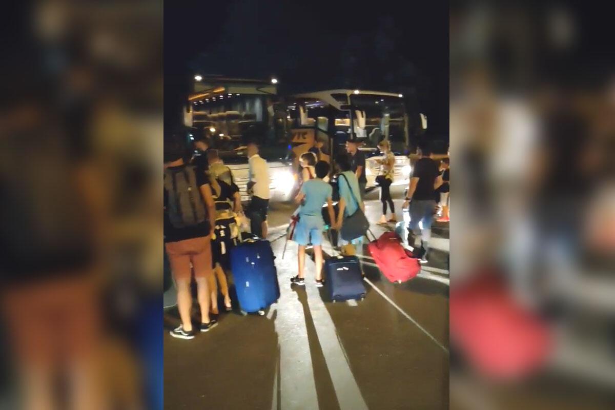 PUTNIKE MALTRETIRAJU SATIMA U TIVTU: Er Montenegro otkazao letove, ljude sa decom SATIMA DRŽALI U MALOJ PROSTORIJI!