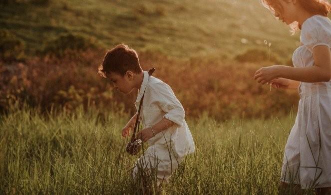 Dečak se igrao u bašti, pa u travi našao nešto za šta je mislio da je ZUB: Uskoro se ispostavilo da je reč o nečem neverovatnom