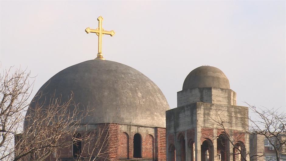 """Grafit """"Isus mrzi Srbe"""" ispisan na crkvi u Prištini nakon liturgije"""