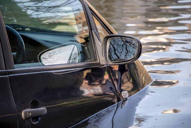 Mladić automobilom sleteo u Drinu: Uspeo je da izađe iz vode, ali mu se gubi svaki trag