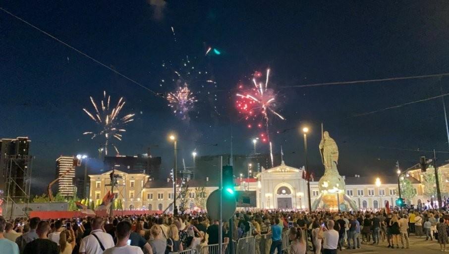 VELIČANSTVENA SCENA ZA KRAJ: Pogledajte vatromet koji je osvetlio Savski trg (FOTO/VIDEO)